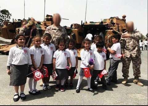 بالصور| الحكومة القطرية تجبر الأطفال على رفع أعلام تركيا