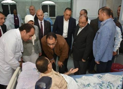 بالصور| رئيس الوزراء يزور مرضى الغسيل الكلوي بمستشفى ههيا المركزي