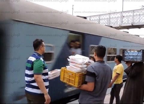 ضبط 3 من الباعة المتجولين لإيقافهم قطار في بني سويف