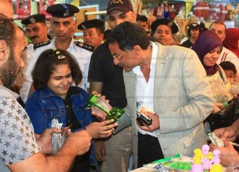 بالصور| مدير أمن الإسماعيلية يهدي فانوسين لطفلين خلال جولة ميدانية
