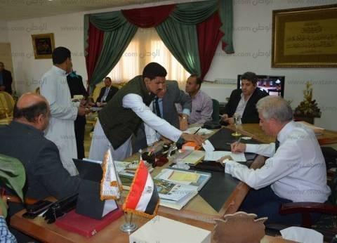 بالصور| محافظ جنوب سيناء يستقبل 60 مواطنا بمكتبه لحل مشكلاتهم