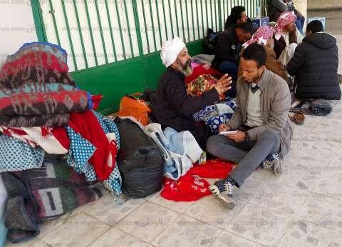 أسر المصابين «بلا مأوى» أمام المستشفيات: «بنّام على الأرض»