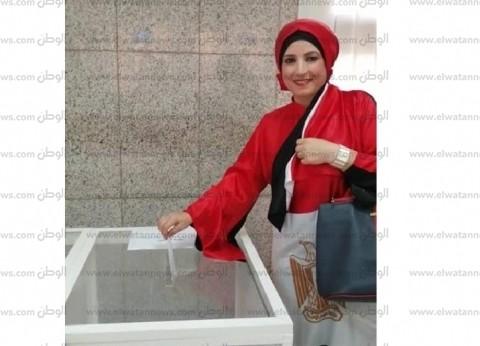 """""""عمايل إيديا"""".. هدى تطرز عباءة بعلم مصر في الاستفتاء: رسالة حب لوطني"""