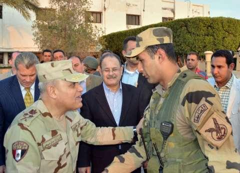 وزير الدفاع فى «العريش»: أهالى سيناء الشرفاء يقفون فى «خندق واحد» مع الجيش والشرطة ضد الإرهابيين