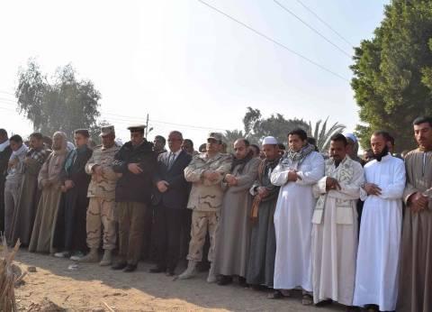 محافظ المنيا يشارك في تشييع جثمان شهيد سيناء بمسقط رأسه بالعدوة