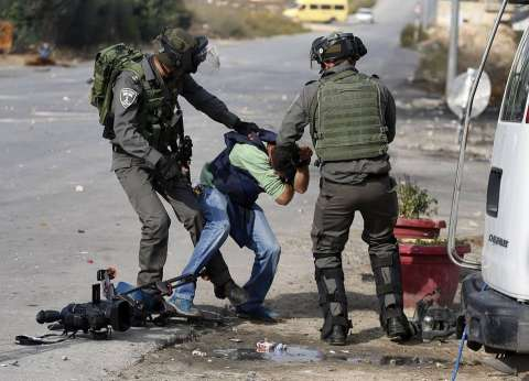 """""""حرية الصحافة"""".. الاعتداء على الصحفيين الفلسطينيين """"شريعة الاحتلال"""""""