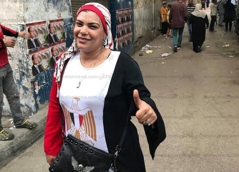 """بفستان """"علم مصر"""".. سمر تساعد كبار السن في استفتاء تعديل الدستور"""