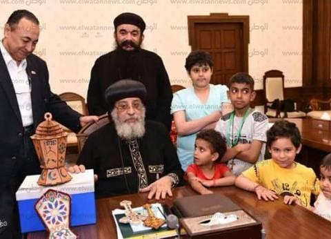بالصور| أطفال 57357 يهدون البابا فانوس رمضان