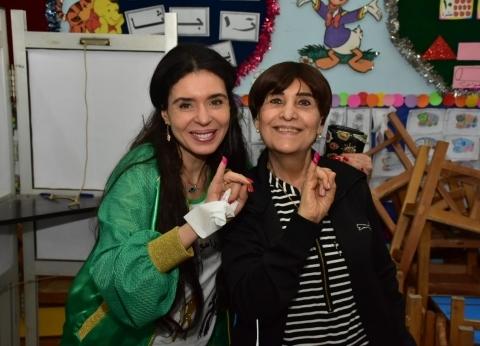 بالصور| دينا ووالدتها تشاركان في الاستفاء على تعديل الدستور