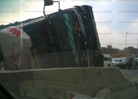 """تعطل الطريق الدائري تجاه شبرا الخيمة بسبب انقلاب """"سيارة زلط"""""""