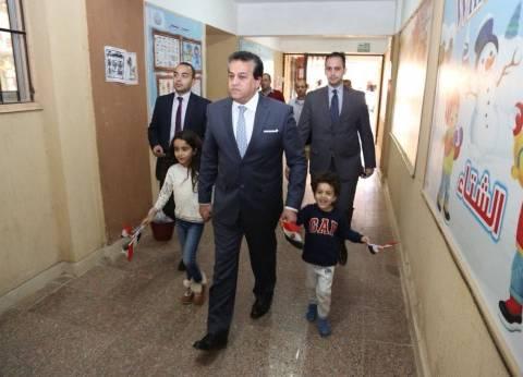 وزير التعليم العالي يدلي بصوته في الانتخابات الرئاسية بصحبة أحفاده