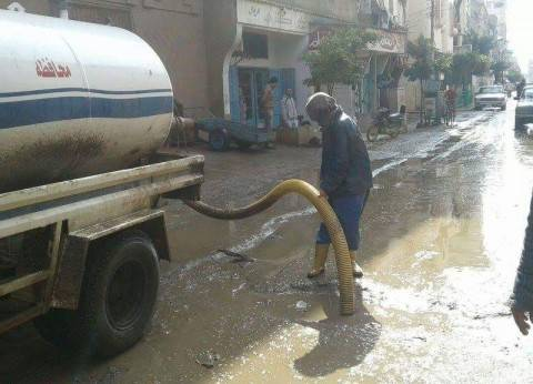 بالصور| شفط تجمعات مياه الأمطار من شوارع عزبة البرج بدمياط