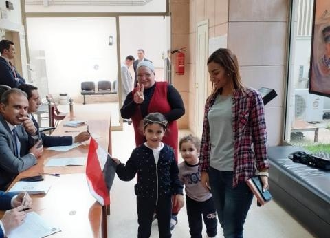 رغم الأمطار.. المصريون في لبنان يتوافدون للاستفتاء على الدستور