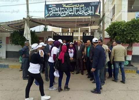 """""""المنظمة المصرية"""": مشاهد احتفالية من الناخبين أمام اللجان بعد التصويت"""