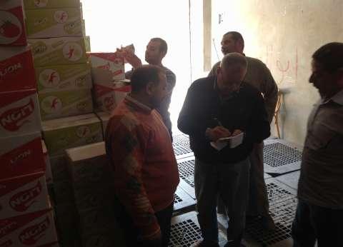 ضبط 7 من أصحاب المحلات لعدم حملهم شهادات صحية بالإسماعيلية