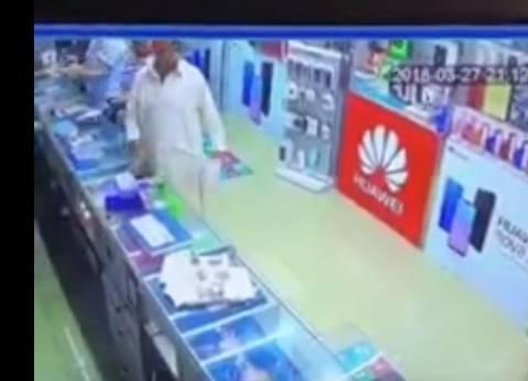 بالفيديو| نهاية غير سعيدة للصوص حاولوا سرقة متجر هواتف بالإمارات