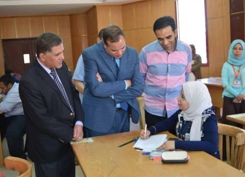 """رئيس جامعة سوهاج يتفقد لجان امتحانات """"الهندسة"""" ويوجه بتذليل العقبات"""