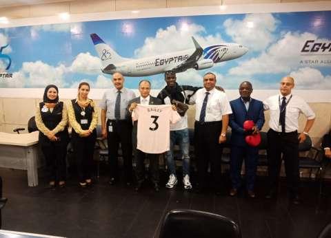 مصر للطيران تحتفي بـ بإيريك بايلي لاعب مانشستر قبل مغادرته القاهرة