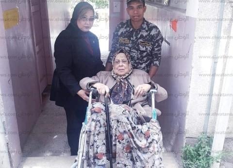 """""""وسط الإسكندرية"""" ينقل سيدة مسنة إلى مقرها الانتخابي"""