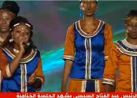السيسي يحضر عرضا فنيا أفريقيا خلال الجلسة الختامية لملتقى أسوان