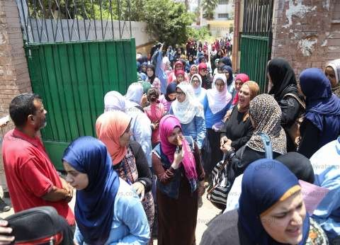 توافد طلاب الثانوية العامة على اللجان الامتحانية بمحافظة البحيرة