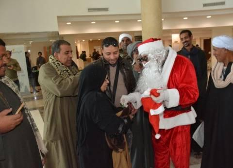 """""""سيلفي"""" مع """"بابا نويل"""".. فرحة مرضى السرطان بهدايا الكريسماس بالأقصر"""