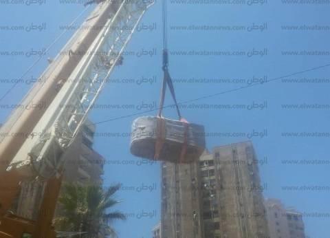 محافظ الإسكندرية يتفقد نقل التابوت الأثري لمخازن مصطفى كامل