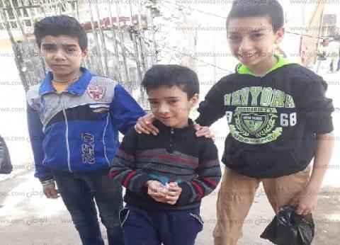 """3 أطفال يوزعون """"بنبوني"""" على الناخبين.. ووالدهم: """"بيتعلموا حب الوطن"""""""