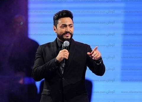 بالفيديو| تامر حسني يحكي عن حفل غنائي انتهى باتهامه بالسرقة