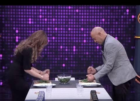 بالفيديو  أشرف عبد الباقي يتحدى كارول سماحة في «تخريط الملوخية»