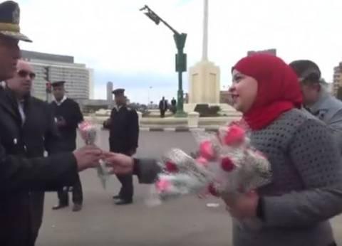 بالفيديو| أب وابنته يوزعان الورود على رجال الشرطة في ٢٥ يناير