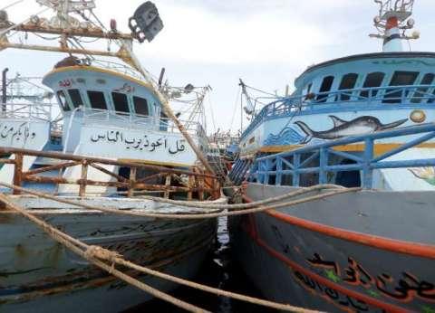 """صيادو """"البرلس"""" بكفر الشيخ يصعدون إضرابهم داخل الميناء اعتراضا على """"الرماث"""""""