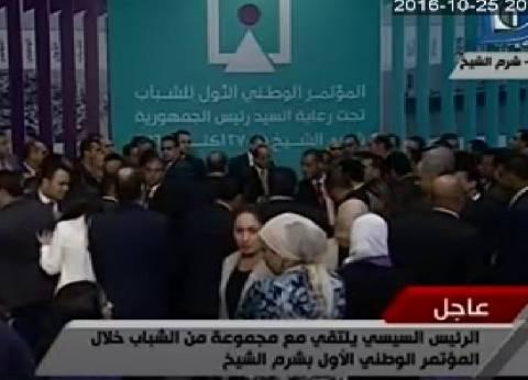 """الرئيس يلتقط صورة مع الشباب بعد الحوار: """"أرجو اللي ما اتكلمش ما يتألمش"""""""