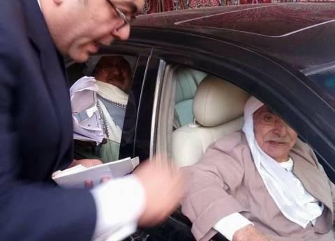 """""""روح ورحمة"""".. تسعيني مصاب بالجلطة يصوت بسيارته بعد موافقة رئيس اللجنة"""