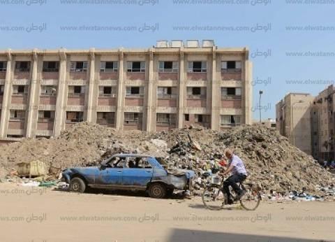 «إسماعيل القبانى».. عربات الخردة تحاصرها من كل مكان.. وجبال من مخلفات البناء تُخفى سور المدرسة