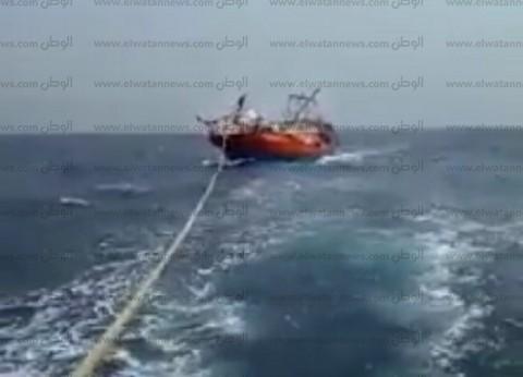 بالصور  سحب مركب صيد بعد اصطدامها بسفينة في خليج السويس