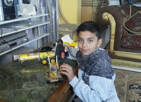 """الطفل عمر ابتكر ألعابا من علب الكانز: """"عايز أكون مهندس طيران"""""""