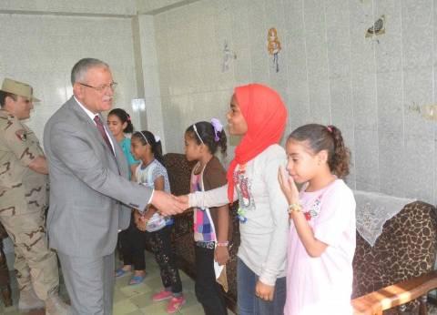 محافظ المنيا يهنئ أطفال مؤسستي البنين والبنات بعيد الأضحى