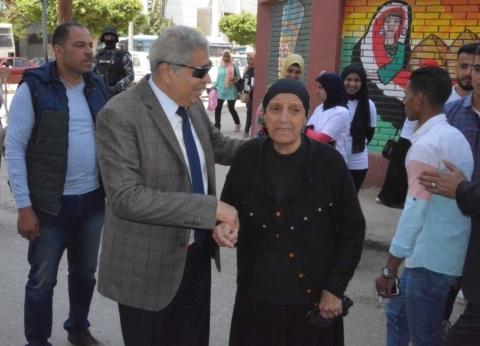 محافظ المنيا ومدير الأمن يتفقدان لجان الاستفتاء