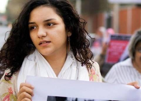 النيابة تحقق مع سناء سيف ووالدتها بتهمة التحريض على التظاهر