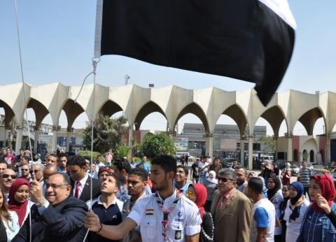 رئيس جامعة حلوان يرفع علم مصر في حفل استقبال العام الدراسي الجديد