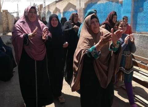 """سيدات يحتفلن بالغناء أمام لجان بالدقهلية: """"هو اللي فيهم هينجح ويوريهم"""""""