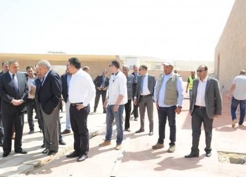 محلب يتفقد أعمال التطوير بمنطقة أهرامات الجيزة