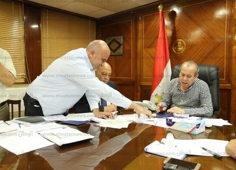 محافظ كفر الشيخ يناقش الأرصدة المالية وعجز الصناديق الخاصة