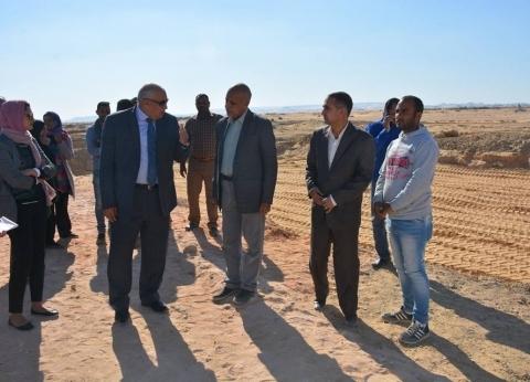 محافظ الوادي الجديد يتفقد العمل بمشروع إنشاء أول قرية نموذجية بالخارجة