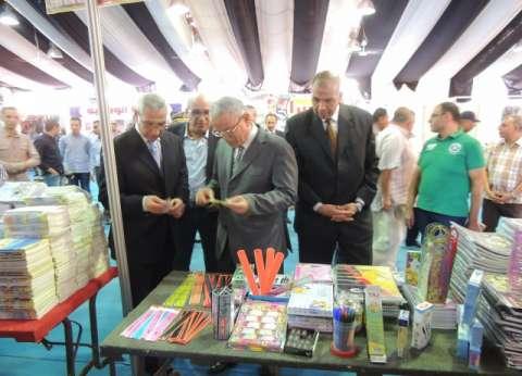 محافظ المنيا ومدير الأمن يفتتحان معرض للأدوات المدرسية