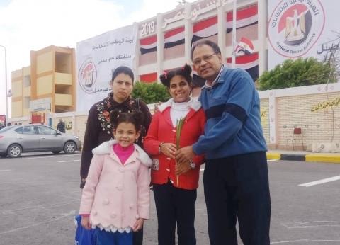 """""""سعف وحب لمصر"""".. أسرة قبطية في صبيحة يوم العيد: """"هنستفتي وبعدين نصلي"""""""