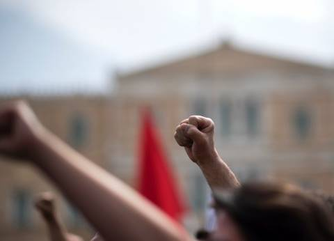 """اليونان.. متظاهرون محتجون على """"التقشف"""" يقتحمون وزارة العمل"""