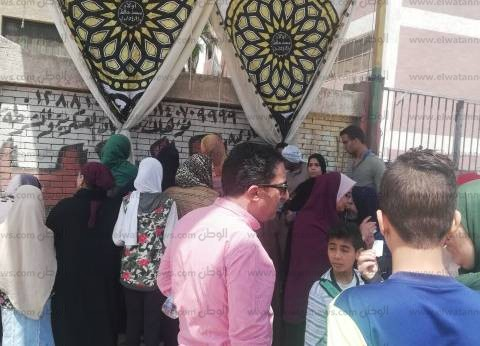 زحام أمام لجان شبرا الخيمة.. وشباب يساعدون المواطنين لإيجاد لجانهم