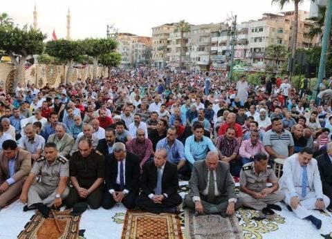 محافظ دمياط والقيادات الأمنية يصلون العيد مع الأهالي بميدان الساعة